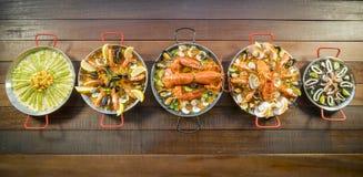 Paella assortie sur la table en bois, au-dessus de la vue photographie stock libre de droits