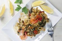 Paella avec des fruits de mer dans le plat rectangulaire photos stock