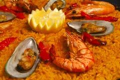 Paella avec des moules et des crevettes roses Images libres de droits