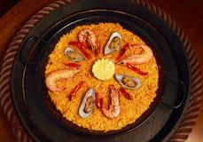 Paella avec des moules et des crevettes roses Photographie stock