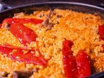 Paella casalinga della carne spagnola closeup immagini stock