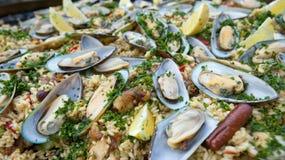 Paella, cierre ascendente sabroso con los mejillones Foto de archivo libre de regalías