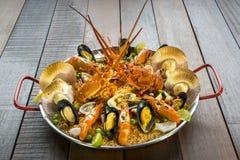 Paella com lagosta, as vieiras, os mexilhões e o camarão frescos Fotos de Stock