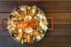 Paella com lagosta, as vieiras, os mexilhões e o camarão frescos Imagem de Stock Royalty Free