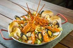 Paella com lagosta, as vieiras, os mexilhões e o camarão frescos Imagens de Stock Royalty Free