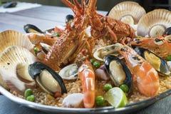 Paella com lagosta, as vieiras, os mexilhões e o camarão frescos Imagens de Stock