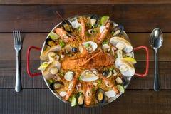 Paella com lagosta, as vieiras, os mexilhões e o camarão frescos Imagem de Stock