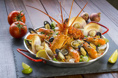 Paella com lagosta, as vieiras, os mexilhões e o camarão frescos Foto de Stock Royalty Free