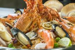 Paella com lagosta, as vieiras, os mexilhões e o camarão frescos, fim acima Fotografia de Stock