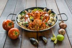 Paella com lagosta, os moluscos, os mexilhões e cal frescos Fotos de Stock Royalty Free
