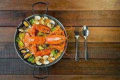 Paella com lagosta, os moluscos, os mexilhões e cal frescos Imagem de Stock Royalty Free