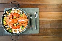 Paella com lagosta, os moluscos, os mexilhões e cal frescos Fotos de Stock