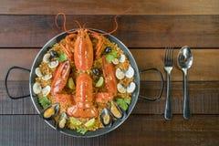 Paella com lagosta, os moluscos, os mexilhões e cal frescos Imagens de Stock