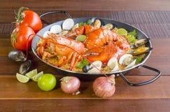 Paella com lagosta, os moluscos, os mexilhões e o calamar frescos Fotografia de Stock Royalty Free