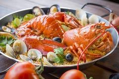 Paella com lagosta, os moluscos, os mexilhões e o calamar frescos Fotos de Stock