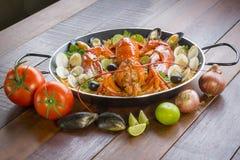 Paella com lagosta, os moluscos, os mexilhões e o calamar frescos Imagens de Stock