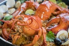 Paella com lagosta, os moluscos, os mexilhões e o calamar frescos Imagem de Stock Royalty Free