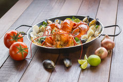 Paella com lagosta, os moluscos, os mexilhões e o calamar frescos Fotos de Stock Royalty Free