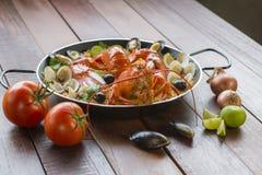 Paella com lagosta, os moluscos, os mexilhões e o calamar frescos Imagem de Stock