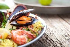 Paella com marisco Close up espanhol tradicional do alimento na tabela de madeira imagens de stock royalty free