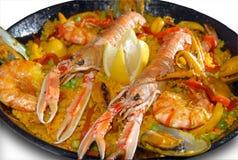 Paella con frutti di mare in una vaschetta di frittura Immagini Stock
