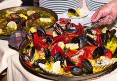 Paella con l'aragosta sul piatto bianco Fotografia Stock