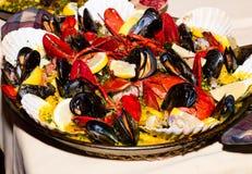 Paella con l'aragosta sul piatto bianco Immagini Stock Libere da Diritti