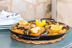 Paella dans le restaurant de plage de Majorca images stock