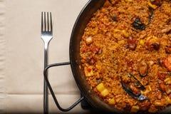 Paella dans une casserole en métal photographie stock libre de droits