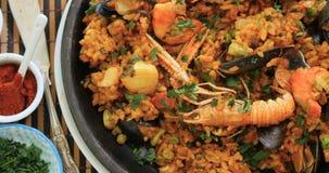 Paella de fruits de mer : moules, crevettes roses de roi, langoustine, aiglefin banque de vidéos