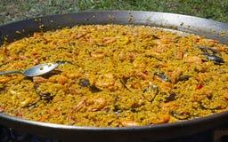 Paella de fruits de mer prête à servir Photographie stock libre de droits