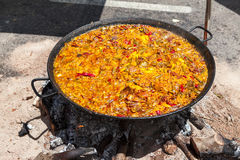 Paella de fruits de mer Le plat espagnol national de la Paella dans une grande poêle est fait cuire sur un feu ouvert, à l'enjeu Image libre de droits