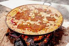 Paella de fruits de mer Le plat espagnol national de la Paella dans une grande poêle est fait cuire sur un feu ouvert, à l'enjeu Photos stock