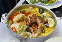 Paella de los mariscos que es cocinada en un sartén Imagenes de archivo