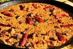 Paella de riz avec le lapin image stock