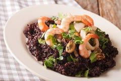 Paella de riz noir avec le plan rapproché de fruits de mer d'un plat horizon Photos libres de droits
