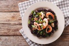Paella de riz noir avec le plan rapproché de fruits de mer d'un plat horizon Image libre de droits