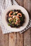 Paella de riz noir avec le plan rapproché de fruits de mer d'un plat Vertica Photo libre de droits