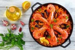 Paella de Valence de fruits de mer avec des crevettes roses de roi images libres de droits
