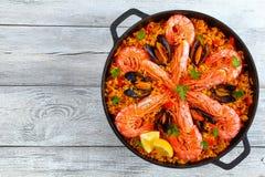 Paella de Valence de fruits de mer avec des crevettes roses de roi Image stock
