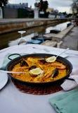 Paella dei frutti di mare con bicchiere di vino in caffè della spiaggia, Spagna immagini stock libere da diritti