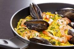Paella delicioso na bandeja com shell fotos de stock royalty free