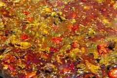 Paella du plan rapproché de poulet le plat espagnol national de la Paella dans une grande poêle est fait cuire sur un feu ouvert, Images libres de droits