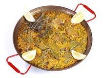 Paella in een pan die op wit wordt geïsoleerda Stock Foto