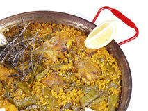 Paella in een pan die op wit wordt geïsoleerde Stock Afbeeldingen