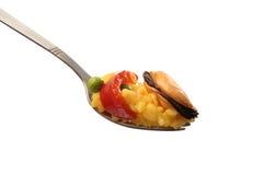 Paella en una fork imagen de archivo libre de regalías