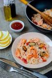 Paella española del plato con los mariscos, camarones en cacerola Imagenes de archivo