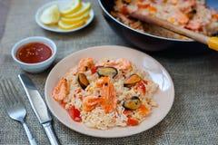 Paella española del plato con los mariscos, camarones en cacerola Foto de archivo