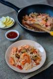 Paella española del plato con los mariscos, camarones en cacerola Fotos de archivo