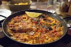 Paella española típica de los pescados Imágenes de archivo libres de regalías